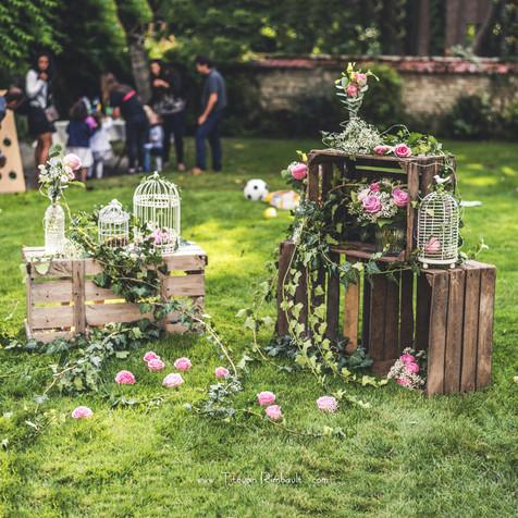 Décor romantique avec caisses en bois et cages