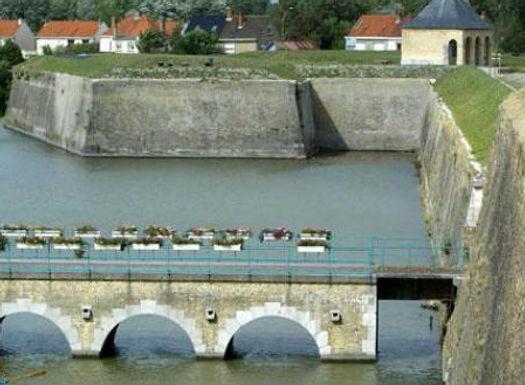 Visite de la forteresse Vauban par les canaux ou via le circuit de promenade autour des remparts