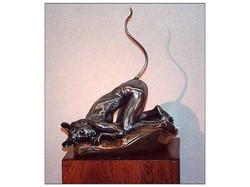 Sculpture de femme-souris en résine