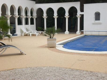 Revêtement sol en résine | terrasse contour de piscine extérieure | 2G Bâtiment