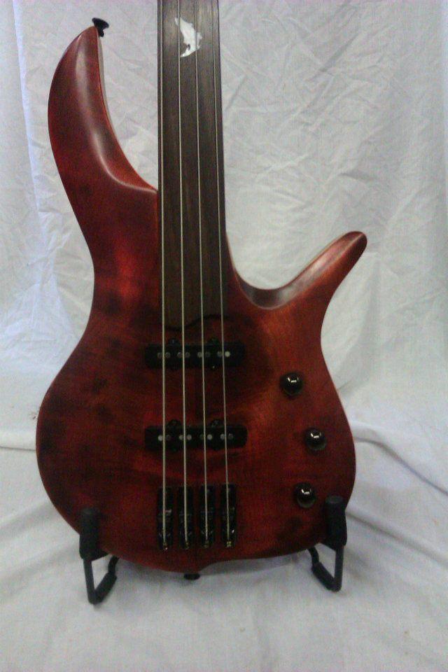 Menapia+Custom+Fretless+Bass+1.jpg
