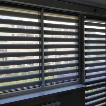 Szare rolety dzień i noc na ramię okna