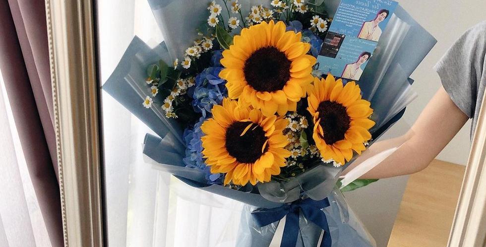 A Mix of Sunflowers / Daisy / Hydrangeas