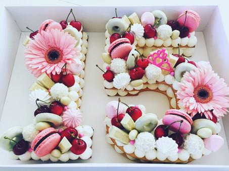 עוגת מספרים אותיות 15 נשיקות מקרון ודו