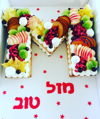 עוגת אותיות M פירות