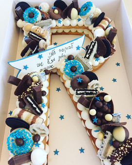 עוגת אות Rשוקולדים כחול