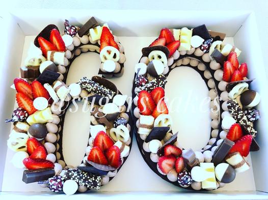 עוגת מספרים 60 שוקולד תותים