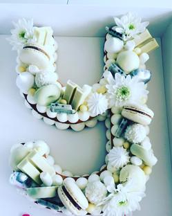 עוגת מספרים לבנה לכלה מסיבת רווקות
