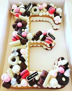 עוגת אותיות E שוקולד מקרון