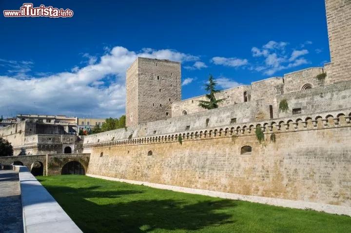 Вхід до замку у місті Барі, Італія - фото www.inturista.info