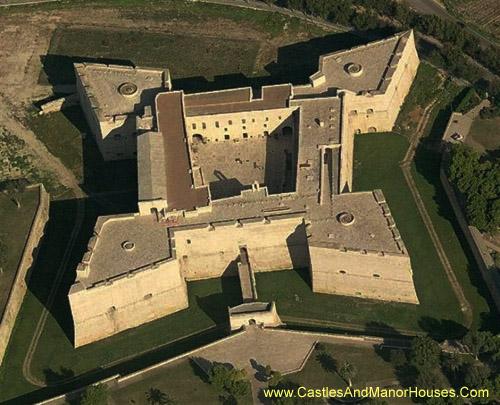 Замок у м. Барлетта, Італія