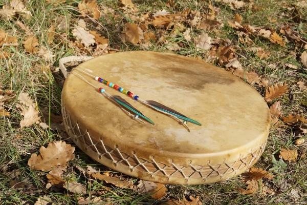 tambour chamanique plumes peau herbe nature spiritualité magie feuilles mortes cérémnie rituel chaman shaman