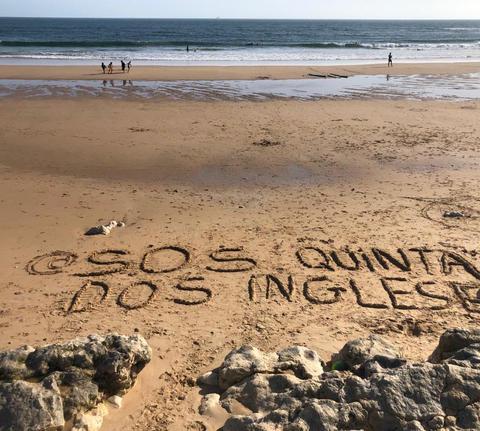 SOS escrito na areia