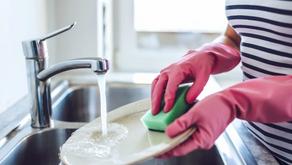 Luva para lavar louça: é realmente necessário?