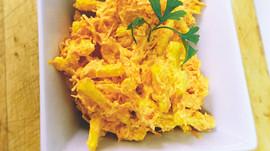 Salade de carottes râpée aux pommes de terre frites et sauce au yaourt