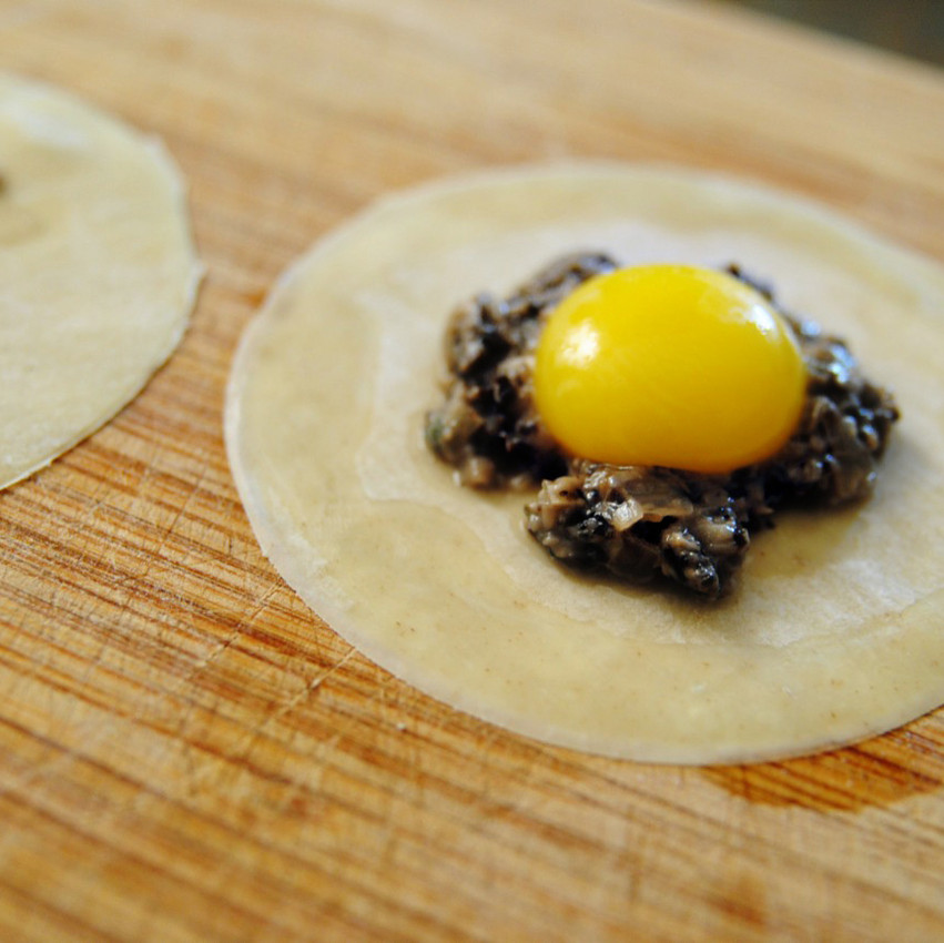 egg_filled_ravioli_with_truffle