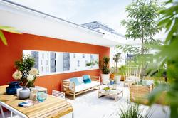 La plantation des végétaux sur tout le tour de la terrasse permet de créer un petit jardin urbain, e