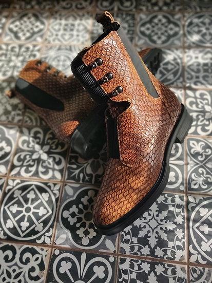 Високі черевики з фактурної шкіри
