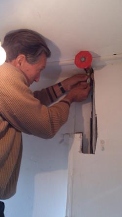 תיקון צינור נוזל במקום עם גישה מורכת
