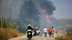 Πύρινη λαίλαπα στην Αχαΐα -Κάηαν σπίτια στη Ζήρια-Έκλεισε και η εθνική οδός-Εκκλήσεις για βοήθεια