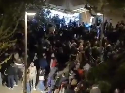 Χαμός σε κορονοπάρτι στην πλατεία Βαρνάβα στο Παγκράτι-Εκατοντάδες άτομα, χωρίς προφυλάξεις