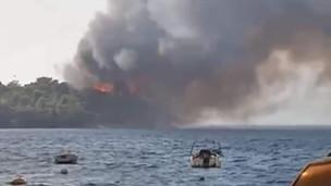Εφιάλτης στην Αιγιάλεια: Οι φλόγες έφτασαν στη θάλασσα, το Λιμενικό απομακρύνει κόσμο από παραλίες
