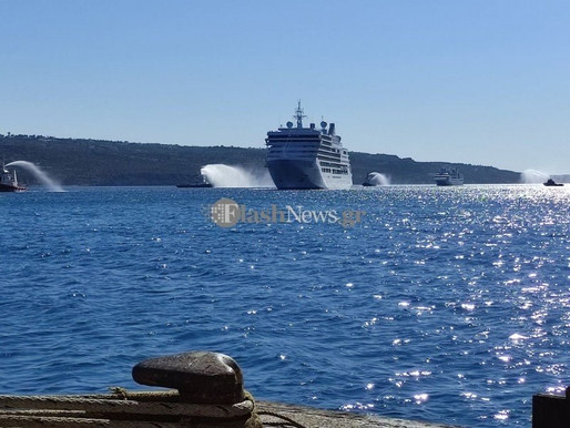 Με αψίδες νερού υποδέχτηκαν τα κρουαζιερόπλοια με τους πρώτους τουρίστες στα Χανιά (Βίντεο)