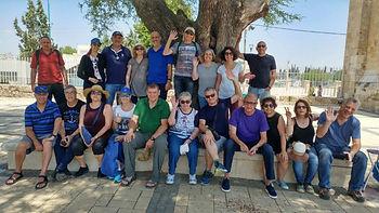 חוקרים 1300 שנה ברמלה עם קבוצת חברים