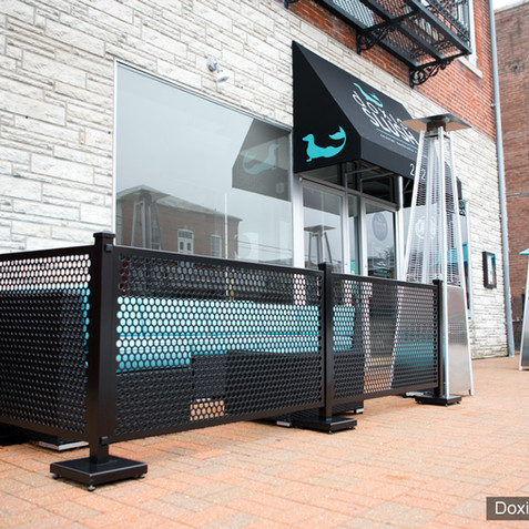 Doxie Slush's outdoor seating area with SelectSpace Partitions separating it from the sidewalk foot traffic. Relaxing private patio space for eating and drinking.