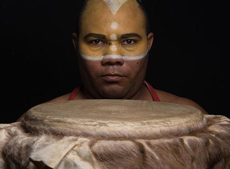 Álvaro Llerena Martínez y la magia de su tambor embrujao´ en España