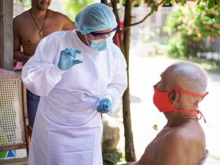 Adultos mayores se preparan para la segunda dosis del biológico Sinovac, en Sucre