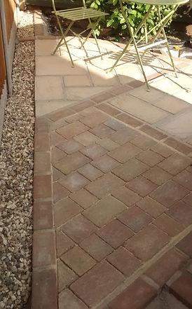 Tumbled driveway blocks in a triangular