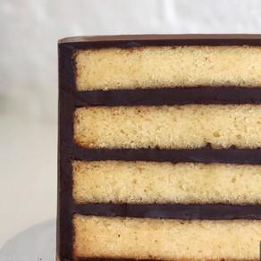 Étape du glaçage de son gâteau avant de le recouvrir de pâte à sucre