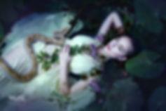 Zarte-junge-Frau-im-Teich-unter-Seerosen