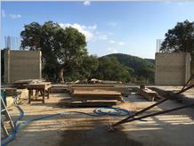 Under construction. The L-shaped concrete columns and the view. (photo: atelier José Neves)