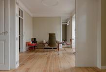 A folding panel links the living rooms. (photo: Tomoya Fujimoto)