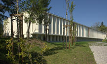 The library is located on the ground floor and the laboratories on the upper floor. East façade. (photo: Laura Castro Caldas and Paulo Cintra)
