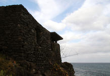 The ruined fort will be restored and its esplanade, now covered with an improvised concrete slab, will be rehabilitated as a living terrace. (photo: atelier José Neves)