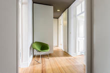 A pivoting door organizes the hall in two parts. (photo: Tomoya Fujimoto)