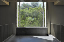 The wooden opaque windows at both sides can be opened to let in the sound and the air of the garden. (photo: Laura Castro Caldas and Paulo Cintra)