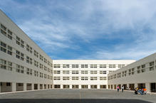 """The square is set up as a """"terreiro"""" surrounded by galleries connecting atriums, auditoriums and the cafeteria, on the ground floor, and overlooked by the teaching rooms located in the upper floors. (photo: Leonardo Finotti)"""