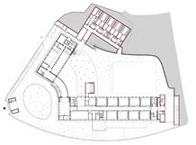 The transparency between the school patio and the city was regained. Ground floor plan with the new additions drawn in red.
