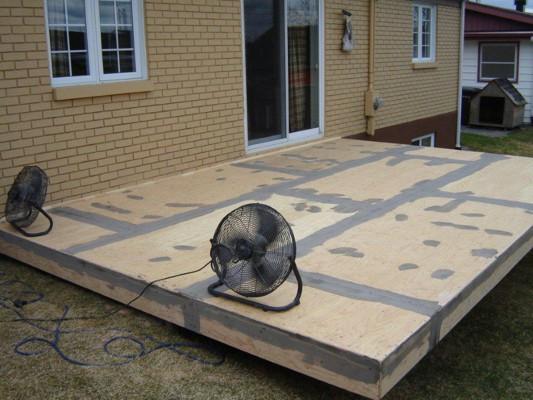Voici une préparation de patio au recouvrement en Decking, ou si vous préférez, en membrane de vinyle, que certains appellent également toile de vinyle.