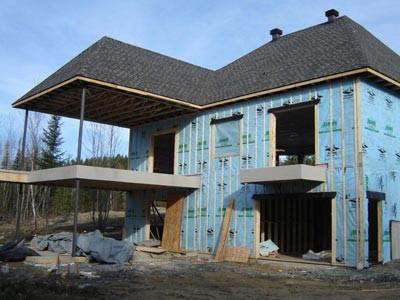 Pendant la construction, nous recouvrons les surfaces extérieures en membrane de vinyle Decking.