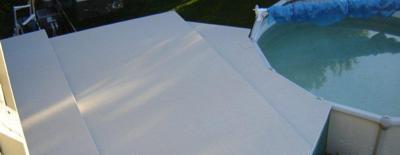 Deck de piscine en Decking, surface durable, embossée, résistant au chlore, aux rayons U.V. et au sel.