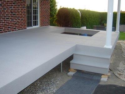 Le patio l'escalier recouverts en membrane de Decking. L'ouverture dans la surface permet d'accueillir un SPA.