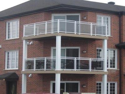 Dans un immeuble multi logements, les galeries recouvertes de membrane de Decking sont faciles d'entretien et durables (plus de 20 ans).