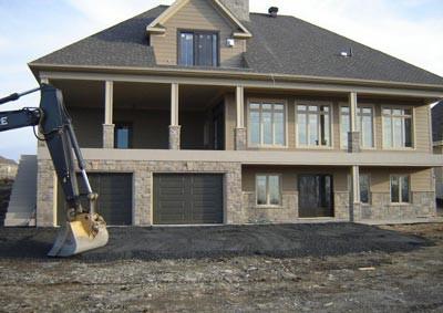 Quelle que soit la taille ou le modèle de votre maison, un recouvrement étanche en membrane de vinyle, de Patios Dec-k-ing Beauce, ajoute une touche de finition et protège votre investissement contre la détérioration.
