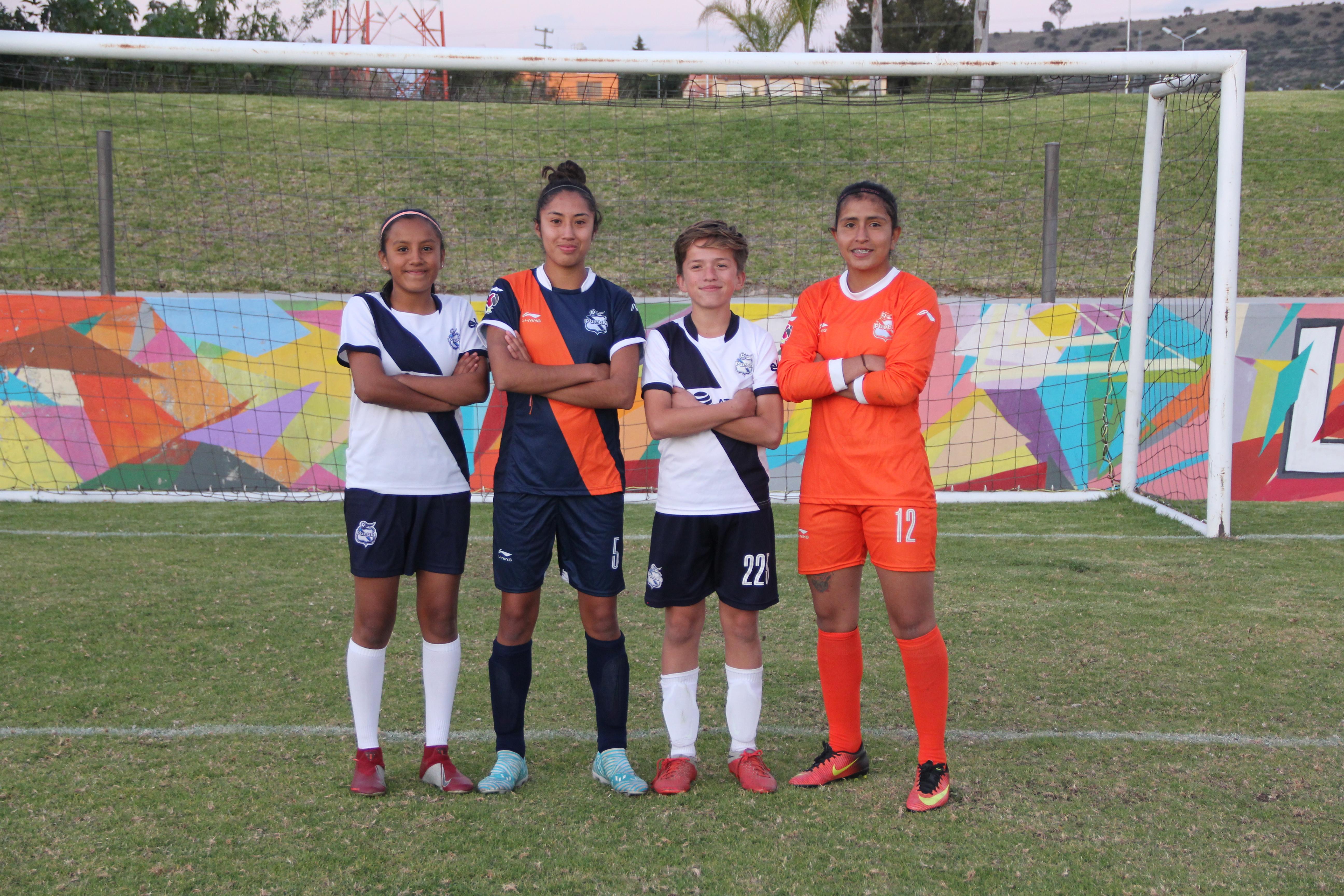Elena Sainz y Karla Mora con alumnos