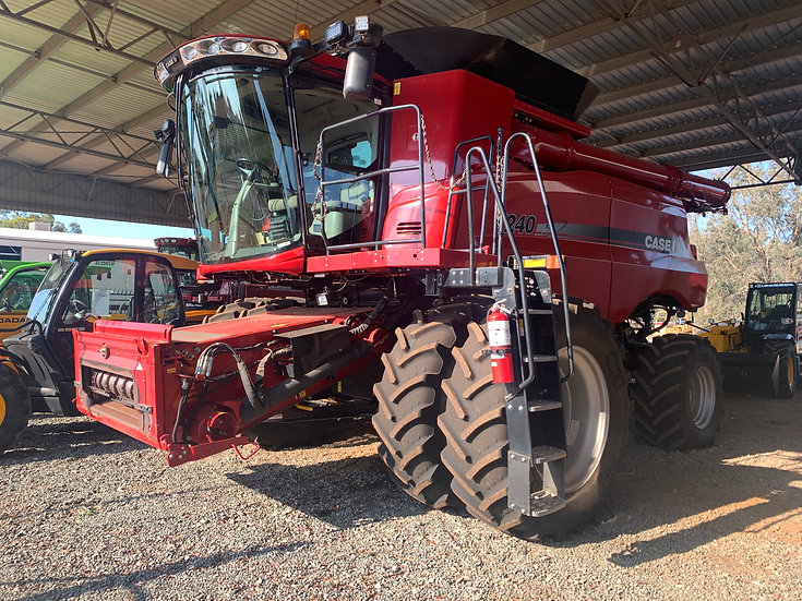 2015 Case IH 7240 with MacDon D65 Front